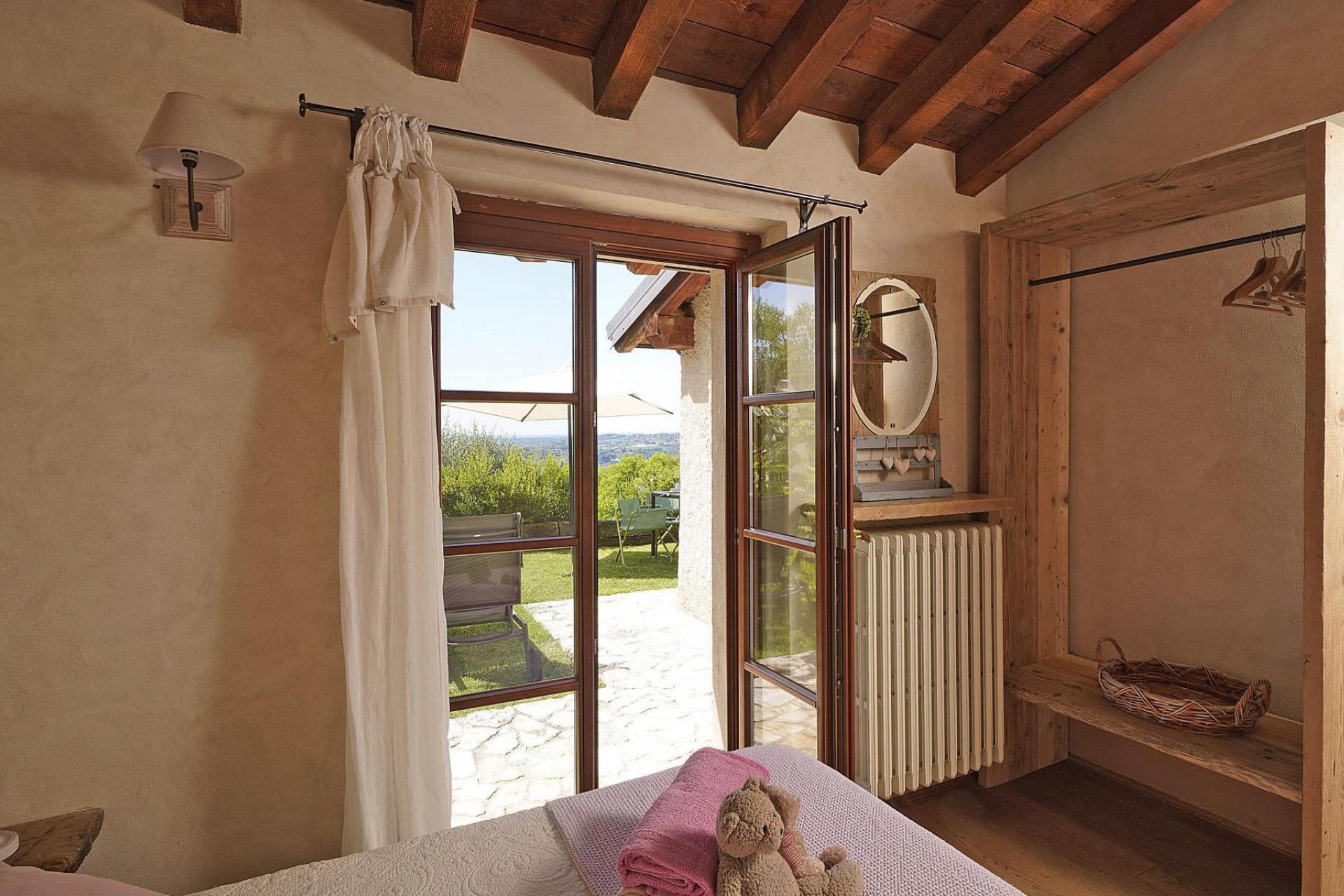 Agriturismo Lago di Como e lago di Garda Agriturismo con vista sul lago di Garda e interni eleganti