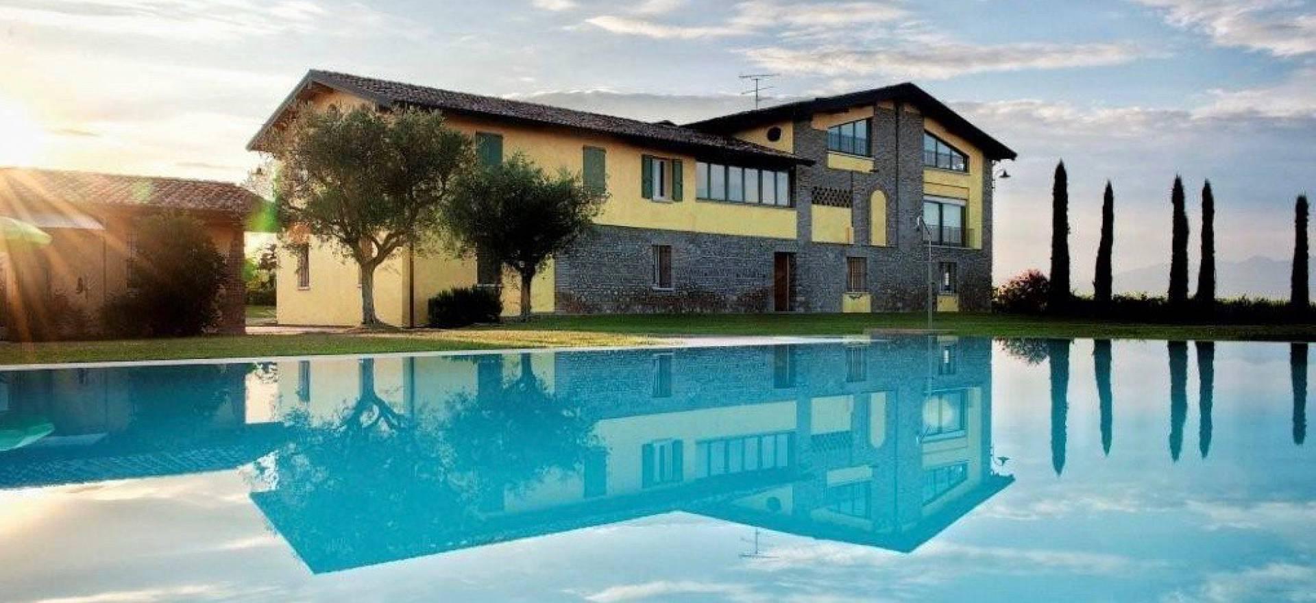 Agriturismo Lago di Como e lago di Garda Agriturismo al lago di Garda circondato da vigneti