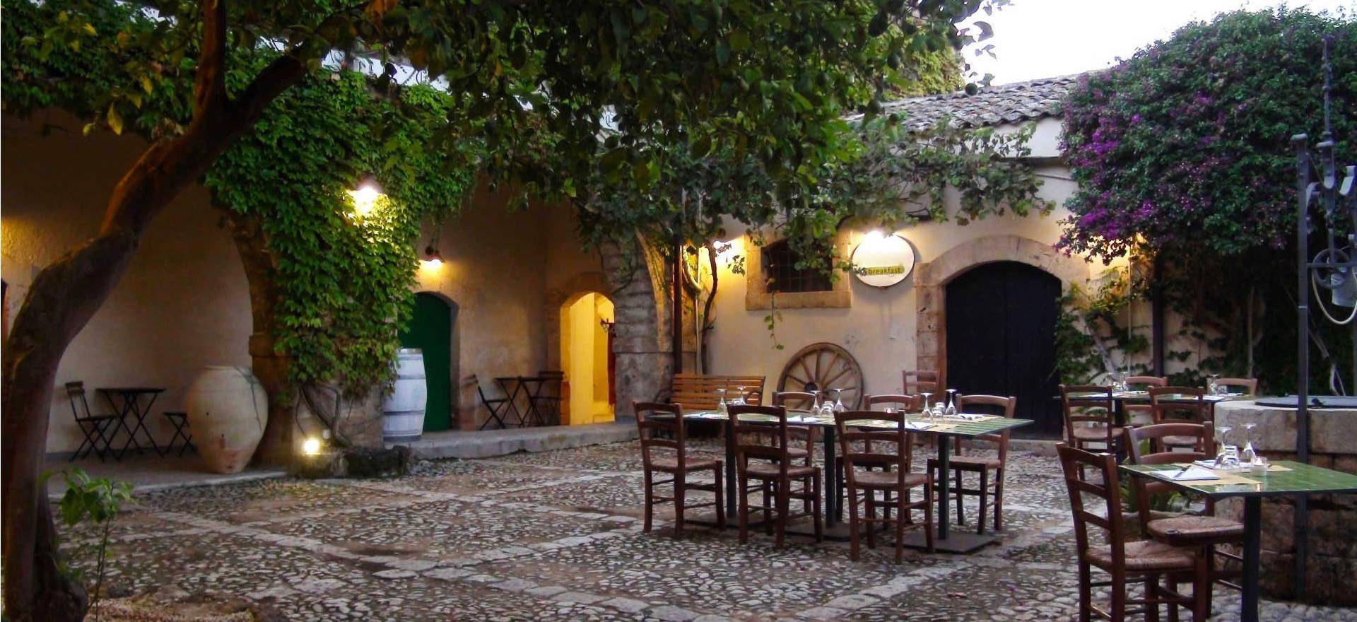 Agriturismo Sicilia autentico agriturismo sul mare con romantico cortile