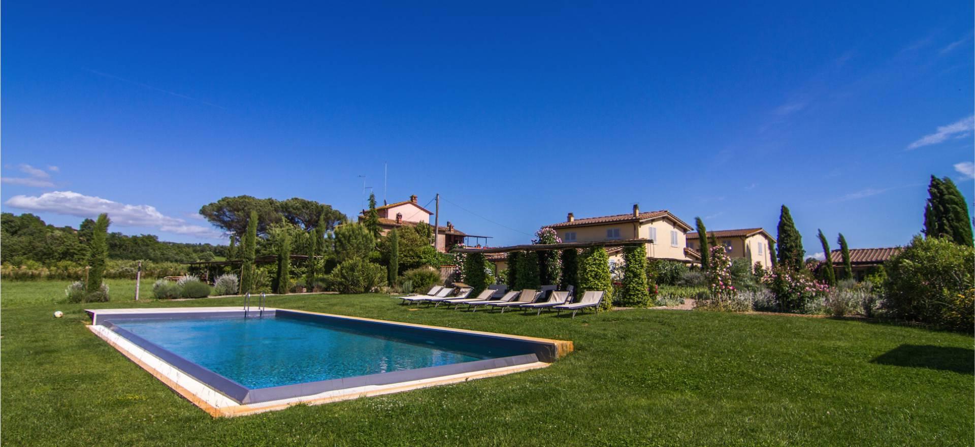 Agriturismo siena appartamenti di lusso e piscina for Piscina di lusso