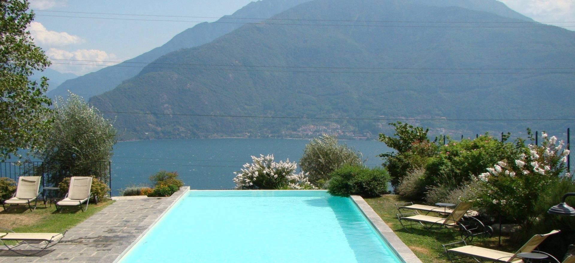 Agriturismo di lusso piscina vista lago di como for Piscina di lusso